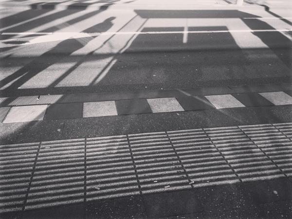 bushalte, utrecht, zwart-wit. schaduwen, zon, smartphone, iphone, fotografie
