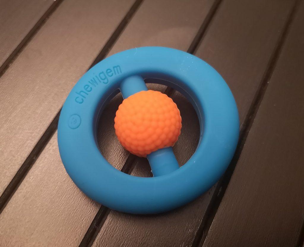 Foto van de Chewigem Hand Fidget van Educadora in de kleuren blauw-oranje.