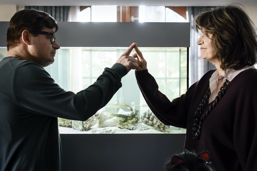 Mies en Jan raken elkaars vinger aan. Dit is hun manier van een knuffel geven.
