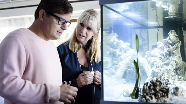 April en Jan kijken samen naar het aquarium van Jan.