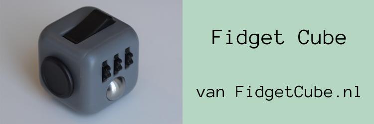 Header bij blog over de originele fidget cube, met een foto van een zwart-grijze fidget cube